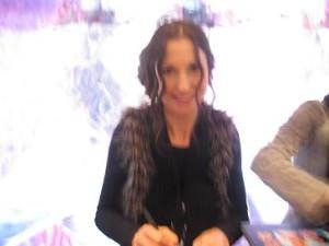 1. Bild Anita und 2. Bild Alexandra beim signieren.